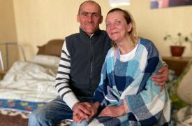 Natasha Mostova y Sergey Khomynskyi, sobrevivientes de TB-DR, en su casa en Zhytomyr, Ucrania, en febrero de 2021.