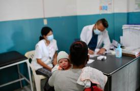 Una mujer lleva a su hijo Ezequiel, de solo 15 días, a su primera consulta posnatal en el ambulatorio de San Vicente en el estado Sucre, donde apoyamos a las autoridades locales para fortalecer el área de salud materno-infantil. Venezuela, mayo de 2021