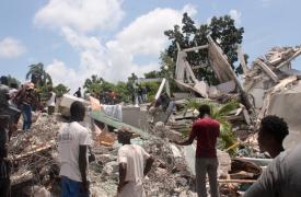 Las personas buscan entre los escombros de lo que era el Hotel Manguier tras el terremoto de magnitud 7.2 ocurrido el 14 de agosto de 2021 en Los Cayos, al suroeste de Haití.