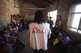 Personal de MSF en una sesión informativa sobre el tratamiento contra el Chagas en la comunidad de Kochapata ©Juan Renau