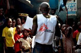 Los equipos de promoción de la salud explican en Freetown (Sierra Leona) cómo reconocer los síntomas de ébola Alessandro Siclari/MSF