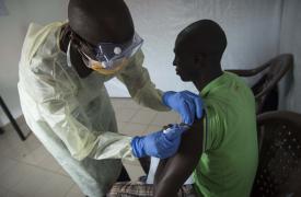 Ensayos de la vacuna contra el Ébola en el Centro de Tratamiento de Ébola de MSF en Donka, Guinea, el 15 de abril © Yann Libessart / MSF