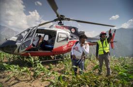 Un equipo médico de MSF parte hacia el aislado poblado de Kuni, cuyas 220 casas fueron destruidas por el terremoto que azotó a Nepal. © Brian Sokol / Médecins sans Frontières