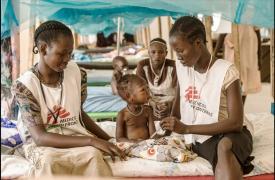 Dos enfermeras de MSF tratan de calmar a un niño asustado en Malakal, Sudán del Sur. Matthias Steinbach