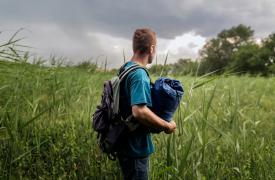 Junio de 2015. Un afgano de 18 años cruza la frontera de Grecia y la Antigua República Yugoslava de Macedonia. La bolsa de dormir y la mochila son las únicas pertenencias que carga. ©Alessandro Penso
