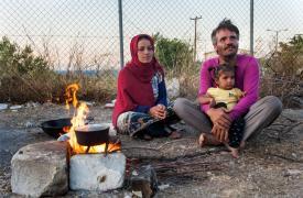 Leila y Jorahan hierven agua para hacer té en el campo de refugiados de Kara Tepe, Grecia. © Georgios Makkas