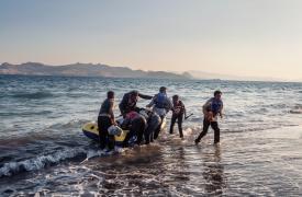 Siete personas llegan a las costas de Kos (Grecia) en un pequeño bote inflable después de remar toda la noche. Alessandro Penso