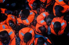 Los botes que rescata Médicos Sin Fronteras en el Mediterráneo están siempre superpoblados.