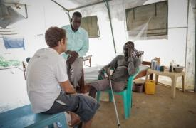Bone, sursudanés de 18 años, perdió la pierna a causa de una mordedura de serpiente © Pierre-Yves Bernard/MSF