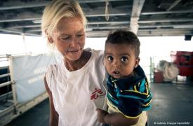 Bebé de Eritrea rescatado de un bote de madera, en brazos de la enfermera de Médicos Sin Fronteras