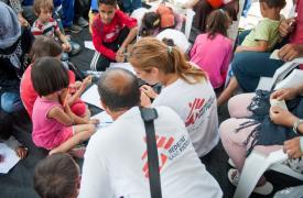 Psicóloga y traductor de Médicos Sin Fronteras trabajando en el programa montado para refugiados en la isla de Lesbos, Grecia. Georgios Makkas/Panos Pictures