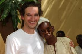 Thomas Hoare, psicólogo clínico de MSF, con uno de los pacientes antes de la cirugía facial por noma