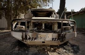 El chasis carbonizado de un vehículo de MSF en las afueras del hospital atacado en Kunduz, Afganistán