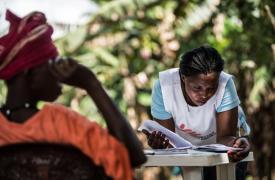Koroma fue dada de alta pero perdió a su esposo y sufre complicaciones post-ébola. ©Tommy Trenchard