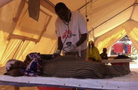 Atención en el centro de tratamiento de cólera de Médicos Sin Fronteras en el campo de Dagahaley. ©MSF