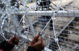 Un niño afgano en la frontera entre Grecia y la Antigua República Yugoslava de Macedonia