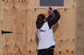 Construcción de los refugios del nuevo campo de Grande Synthe para poder mudar a los refugiados que estaban viviendo, literalmente, en el barro.