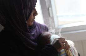 na madre nebuliza a su hijo en el hospital de MSF en el distrito de Azaz, Alepo, norte de Siria.  ©Mahmoud Abdel-rahman