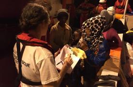 Dignity I recibe el traspaso de 308 personas (205 hombres, 80 mujeres y 23 niños), la mayoría de Eritrea, rescatadas por un barco italiano ©Juan Matias Gil/MSF
