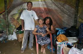 Mariana con su marido y su suegra en el refugio en Portete tras perder su casa en el terremoto de Ecuador ©Albert Masias/MSF
