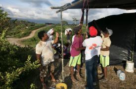 Ayudando a construir refugios en la isla de Portete tras el terremoto en Ecuador ©Albert Masias/MSF