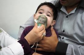"""Sefaw de 9 meses y su papá Sassi en el policlínico de Zuwara. """"Se resfrió y tiene algunas dificultades respiratorias"""". ©Samuel Gratacap"""