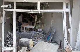Inspeccionando daños en el hospital de Al Quds en abril de 2016. ©Karam Al-Masri/AFP