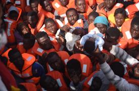 Un bebé entre las personas rescatadas de los botes en el Mediterráneo por Médicos Sin Fronteras ©Sara Creta/MSF