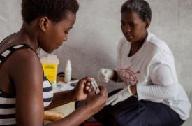 Trabajadora de MSF realiza un test de VIH a una paciente de Sudáfrica.