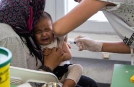 Vacunación de un bebé, refugiado afgano, en Grecia.