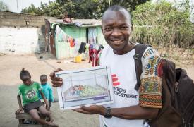 Maurice Elenga Ilunga es supervisor de promoción de la salud. Planea cómo comunicar a las comunidades los riesgos de la fiebre amarilla. ©Dieter Telemans