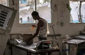 Un trabajador del hospital de Abs, en Yemen, busca medicamentos y material médico a salvo, un día después del ataque aéreo por parte de la coalición liderada por Arabia Saudí. El bombardeo se cobró la vida de 19 personas y 24 resultaron heridas. ©Rawan Sh