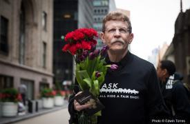 En abril de 2016 MSF llevó a las oficinas de Pfizer en Nueva York los nombres de las 400.000 personas que firmaron la petición para que bajen el precio de las vacunas de la neumonía a 5 dólares por niño ©Edwin Torres