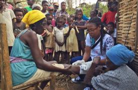 Cassandre Saint-Hubert, enfermera de Haití, tratando pacientes en una clínica móvil de Médicos Sin Fronteras en Nan Sevre, en las montañas norte de Port-à-Piment. ©Joffrey Monnier/MSF