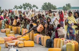 Personas desplazadas esperan para llenar sus bidones de agua en el campo de Ngala. En noviembre, los equipos de MSF proveyeron comida, artículos de primera necesidad y atención médica. ©Sylvain Cherkaoui/COSMOS