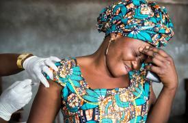Una mujer recibe una vacuna en Kinshasa, República Democrática del Congo. En 2016, después de un brote de fiebre amarilla, MSF organizó un programa de vacunación.