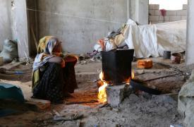 Seham Ali tiene 15. Cuida el fuego en el esqueleto de hormigón de un edificio sin terminar donde vive con su familia y siete familias más desde hace un año y ocho meses, desde que empezaron los combates en Taiz.
