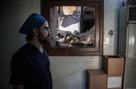 Uno de los siete cirujanos que quedan en el este de Alepo ©KARAM ALMASRI/MSF