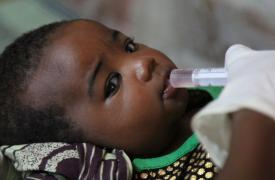Nana Hanissa (10 semanas de vida) recibe la segunda dosis de la nueva vacuna contra el Rotavirus en Maradi, Níger ©Séverine Bonnet / MSF