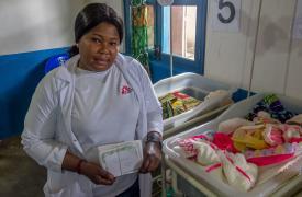 Florence Fongo, enfermera, en la unidad neonatal, orgullo del hospital de Gety, República Democrática del Congo © Thibaud Eude/MSF