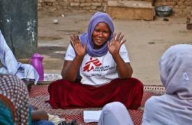 Adaouia Brema, promotora de salud de Médicos Sin Fronteras (MSF) en Am Timan, habla con un grupo de refugiadas de RCA ©Sara Creta/MSF