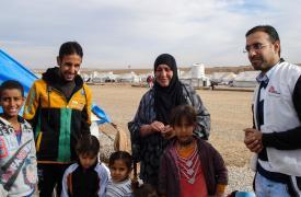 Un consejero de Médicos Sin Fronteras (MSF) informa a una familia sobre los servicios psicológicos que ofrecemos. Campo de desplazados provenientes de Mosul. ©Brigitte Breuillac/MSF