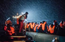 Fotografía que muestra uno de las operaciones de búsqueda y rescate en el Mediterráneo. Los rescates nocturnos se hicieron más frecuentes y muchas veces los equipos de MSF debieron asistir a un bote tras otro hasta el amanecer.