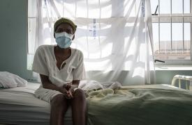 Ncamsile, de 42 años, paciente de tuberculosis multirresistente a los medicamentos. Moneni, Suazilandia. ©Alexis Huguet/MSF