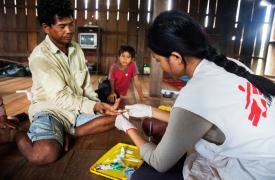 Rita, una enfermera de Médicos Sin Fronteras, realiza una prueba de malaria a un paciente en Kouk, provincia de Preah Vihear, Camboya.