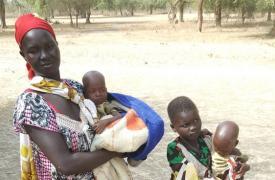 Nyayolah llegó a una de nuestras clínicas con sus gemelos de un año, ambos con desnutrición, y su hija de cuatro años.  ©Nicolas Peissel/MSF