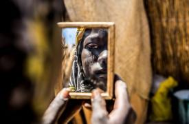 Una mujer luego de recibir tratamiento médico en Diffa, Niger.