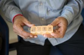 Din Savorn, de 50 años, muestra su caja de pastillas mientras espera que lo atiendan en la clínica de MSF Hepatitis C en el Hospital Preah Kossamak en Phnom Penh, Camboya, el 20 de abril de 2017. ©Todd Brown