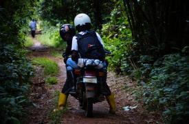 Campaña de vacunación contra el sarampión: miembros de nuestros equipos llegan a los pueblos remotos la zona de Bolomba, en la provincia de Ecuador, República Democrática del Congo. ©Candida Lobes/MSF