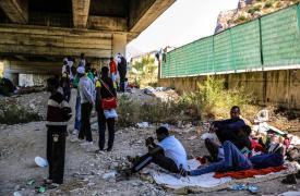 Fotografía con personas provenientes de Sudán, Somalia y Etiopía están viviendo en condiciones muy duras debajo del puente en Ventimiglia, mientras esperan para cruzar la frontera hacia Francia.